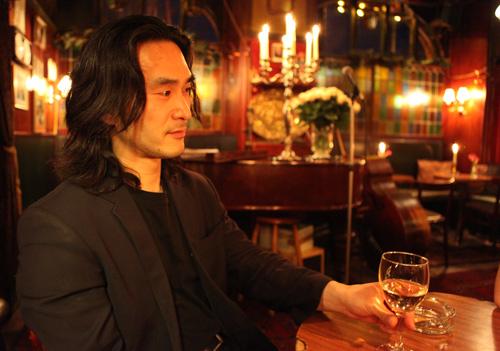 Jakob Park i café Intime med et glas hvidvin