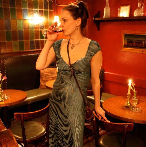 Zenia Grynberg i Tone Barker Silk kjole og et glas rødvin i hånden
